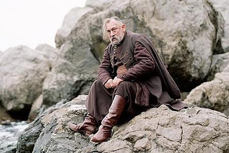 Главный герой и скалистые берега острова.