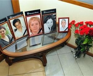 В фойе финучреждения поставили фотографии убитых сотрудников. Фото: Константин Буновский