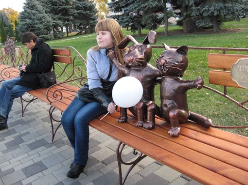 На Набережной поставили 50-метровую лавку. Фото с сайта gorod.dp.ua