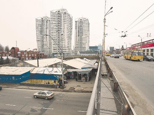 Последние павильоны многострадального рынка обещают снести уже в четверг-пятницу. Фото Максима ЛЮКОВА.