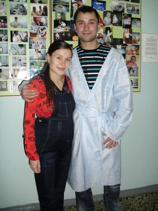 На снимке - только родители: Виктория и Сергей Пархоменко. По христианскому обычаю детей до крещения фотографировать нельзя.Фото автора.