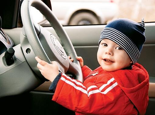 В автосалон лучше приходить всей семьей. Фото Thinkstock.