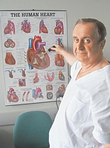 Завотделением сердечно-сосудистой хирургии Ровенской областной больницы Владимир Антонюк-Кисель показывает, куда вошла дробь.