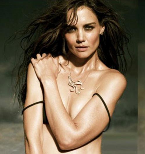 Кэти эротично скинула с плеч бретельки купальника, правда, прикрыв при этом грудь руками. Фото: H. Stern