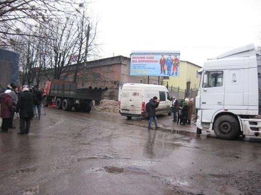 Уже в 9 утра (начало приема передач) возле админкорпуса Качановской исправительной колонии толпились люди с сумками...