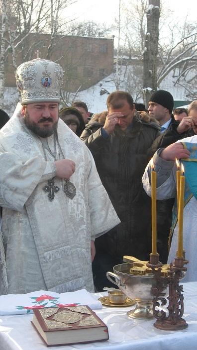 Самым вероятным претендентом в иерархи считают архиепископа Изюмского Онуфрия. Фото с официального сайта Харьковского горсовета и из архива