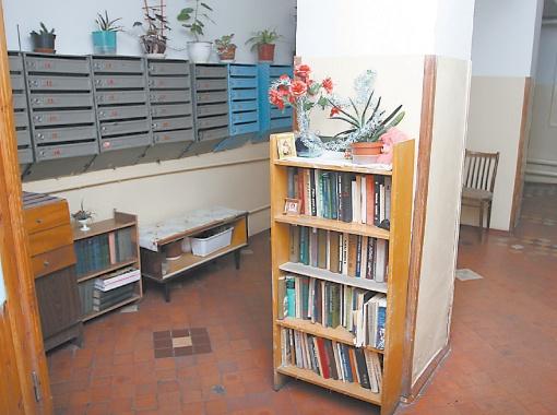 На первом этаже парадного есть даже мини-библиотека, которую пополняют книгами жители дома.