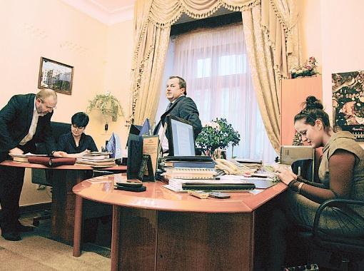 В приемной главы горадминистрации - сразу две секретарши, но никаких намеков на мини-юбки и большие декольте.