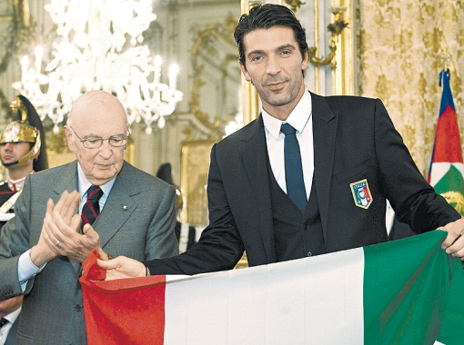 Джиджи Буффон с президентом Италии Джорджо Наполитано. Можно даже поспорить, кто из них больше знаменит…