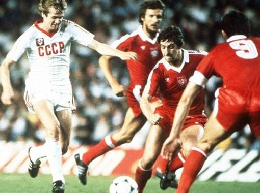 Владимир Бессонов (крайний слева) не смог помочь сборной СССР избежать позора непопадания на Евро-80. А тогда это считалось именно позором. Фото из архива