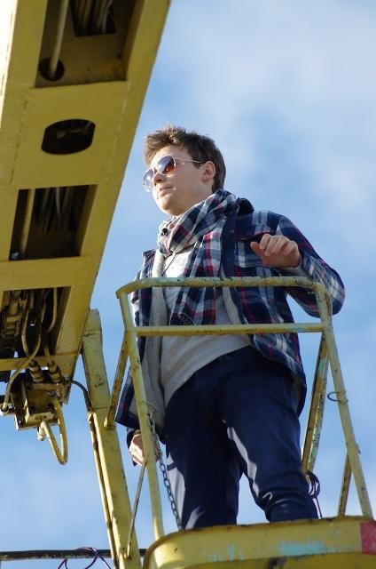 Андрей Сафронов осматривает съемочную площадку с высоты. Фото Василия БАТАНОВА