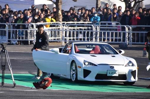 На трек автомобиль вывел известный гонщик и давний испытатель Акира Иида, затем за руль сел участник серии D1GP Казуя Мацукава