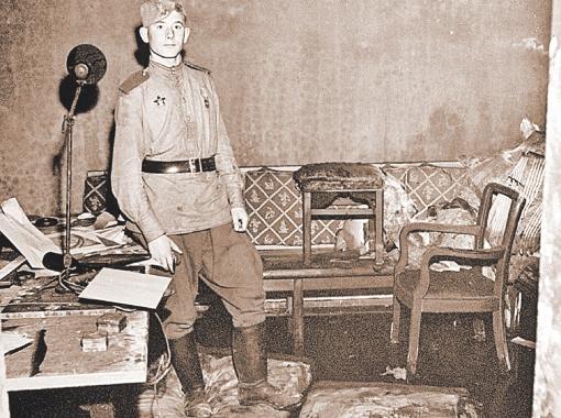Советский солдат позирует на фоне того самого дивана в бункере Гитлера, на котором, как считается, нацист № 1 и его новоиспеченная жена Ева Браун покончили с собой 30 апреля 1945 года.