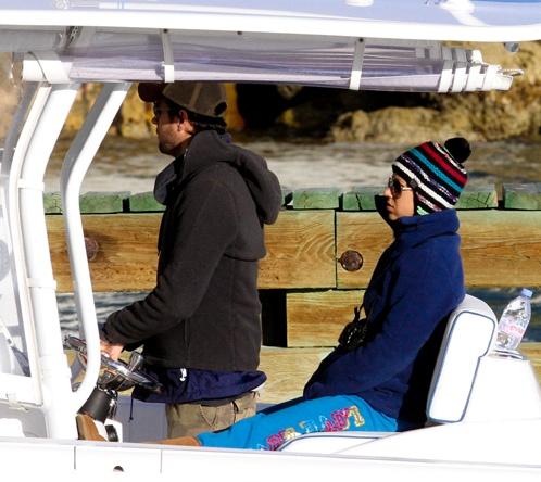 Энрике заботливо следит, чтобы его подруга была укутана как можно теплее. Фото: Splash/All Over Press