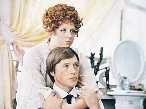 В кино у Жарикова было немало прекрасных партнерш. На снимке слева он со Светланой Крючковой в фильме