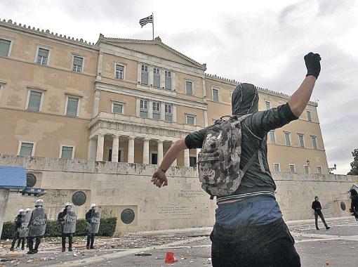 Только полиция спасает от гнева граждан парламент Греции, где депутаты под угрозой дефолта страны вынуждены штамповать законы о сокращении зарплат и рабочих мест. Фото РЕЙТЕР.