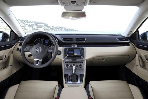 Стандартная модель предлагается с би-ксеноновыми фарами с функцией поворота и системой распознавания усталости водителя