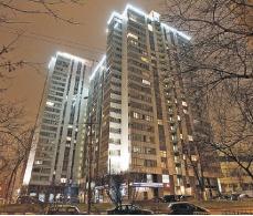 В этом доме у Жанны Фриске скромная 90-метровая квартирка. Правда, риелторы оценивают ее нескромно - в 2,5 млн долларов.