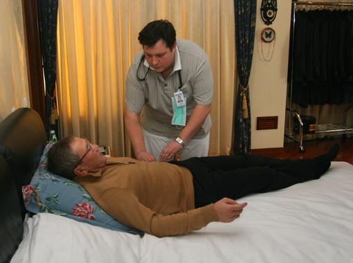 Зимой 2009 года врачи лечили Черновецкого прямо у него дома. Фото Максима ЛЮКОВА.