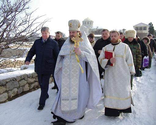 Губернатор Севастополя на Крещение принял участие в крестном ходе и молебне, а вот нырять в воду не стал