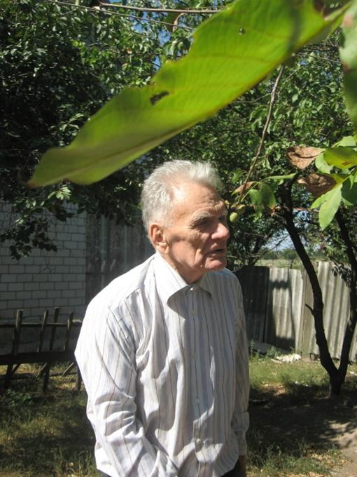 Василий Соколенко в своем саду - подзаряжает вдохновение