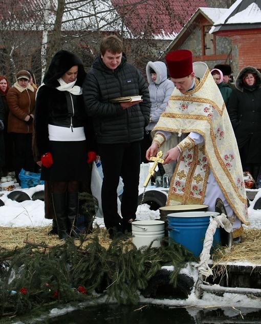 Наталия Королевская и ее партийный зам Евгений Суслов приняли участие в традиционном процессе освящения воды.