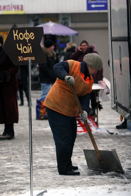 В пятницу город убирали от снега дедовским методом - лопатами. До полудня спецтехники практически не наблюдалось.