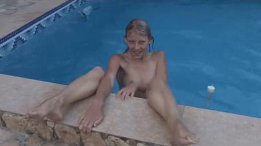Коршунова принимает соблазнительные позы в бассейне. Скриншот с видео
