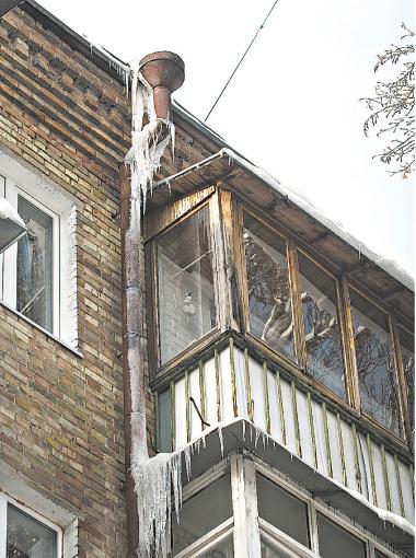 Чтобы не пострадать от падающих сосулек, старайтесь держаться подальше от зданий.