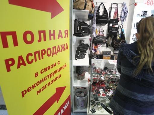 Многие киевляне приходят в универмаг не ради скидок, а чтобы посмотреть на легендарный магазин в последний раз. Фото Максима ЛЮКОВА.