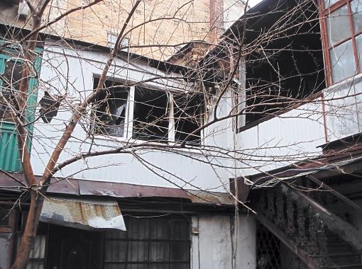 В сгоревшей квартире нашли свидетельства готовящегося теракта: множество частей взрывных устройств, детонаторы и следы взрывчатки.