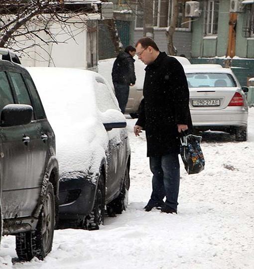 Оставлять машины на ночь на улице становится опасно: можно не откопать утром.Фото Павла ДАЦКОВСКОГО.