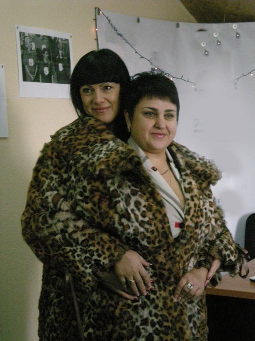 Галина вместе со своим тренером Валерией помещаются в шубу, которую она носила при весе в 140 кило. Фото автора