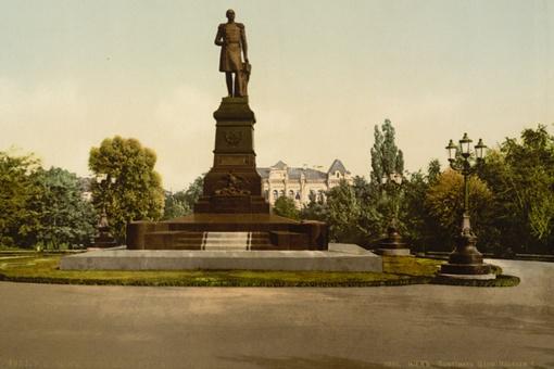 Напротив сегодняшнего красного корпуса Университета им. Шевченко стоял памятник Николаю I, на куда более красивом постаменте, чем памятник Тарасу Шевченко сегодня