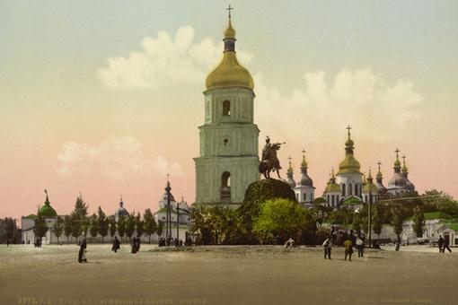 Софийская площадь, если смотреть на собор, практически не изменилась