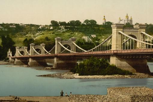 По мнению автора цепной мост, который мог бы смело сравниться с будапештским, выглядел куда красивее нынешнего моста метро.