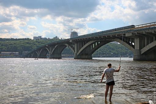В период низкой воды руины  опор моста видны в нескольких десятках метров от моста метро