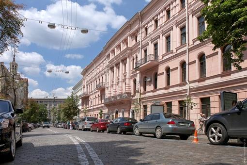 Розовое здание на современном фото — то же, что и на старом, это консерватория.