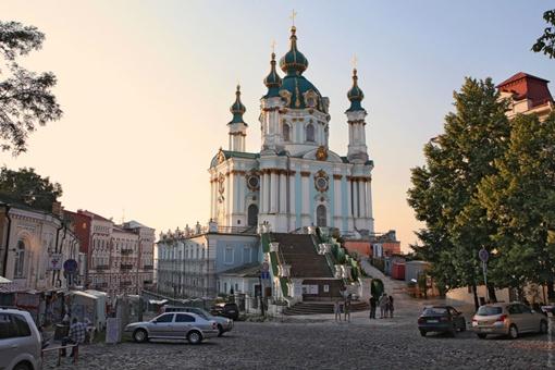 Андреевская церковь в современном антураже.