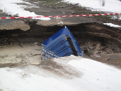 Когда на место примчались спасатели и коммунальные службы, оказалось, провал образовался в результате порыва трубы.
