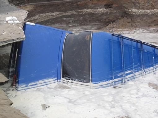 Все произошло сегодня утром на улице Уборевича, во дворе возле школы.