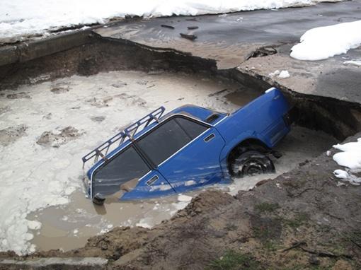 В Святошинском районе столицы машина провалилась под землю.