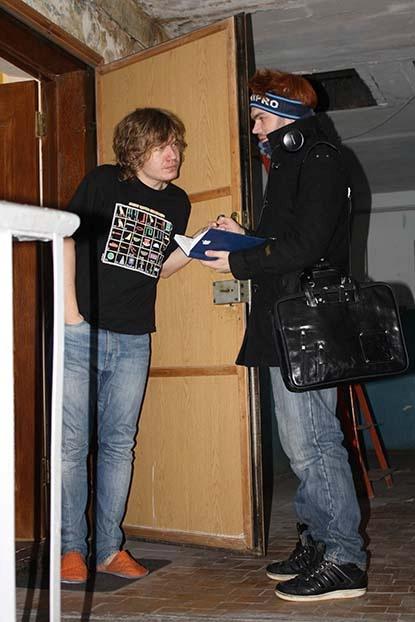 Блокнот нашего корреспондента, представившегося сотрудником ЖЭКа, не впечатлил Дениса с ул. Тополиной. В квартиру мы так и не попали.
