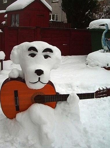 А музыкального снеговика-собаку слепили в Харькове (прислала Наталья).