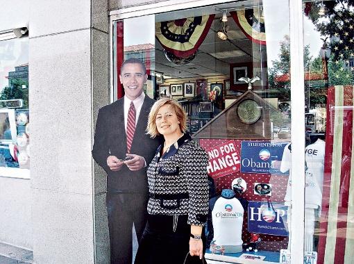 …хотя сфотографировалась с главой США еще в 2008-м - возле входа в магазин, где продавалась его предвыборная символика на  выборах в президенты США