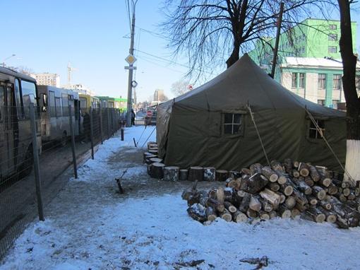 В таких палатках можно спокойно дожидаться своих автобусов, не рискуя простудиться. Фото автора.