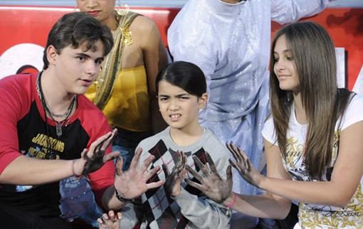 Дети Майкла Джексона оставили отпечатки своих ладоней и знаменитой перчатки отца. Фото: REUTERS