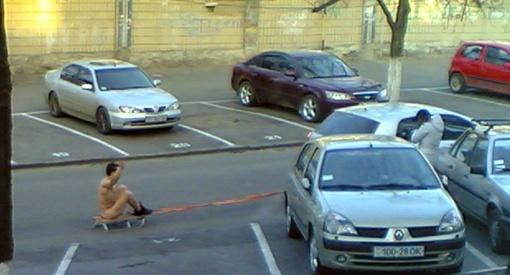 Эксгибиционист появился неожиданно на одной из улиц в исторической части города. Фото с сайта dumskaya.net