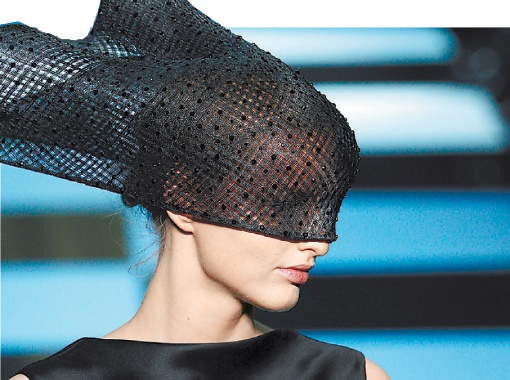 Джорджио Армани предложил женщинам экстравагантные головные уборы...