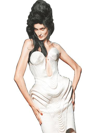 В память об Эми Жан-Поль Готье вывел на подиум моделей с фирменной прической певицы.